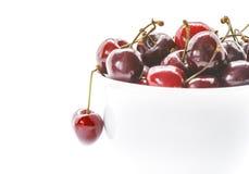 Słodkie wiśnie w pucharze Zbliżenie Świeże wiśnie odizolowywać na białym tle Zdjęcia Stock