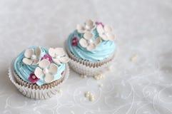 Słodkie wyłączne babeczki z kwiatami Obrazy Stock