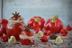 Słodkiego dzwonkowego pieprzu i chili pieprzu dżem w szklanym słoju Obrazy Royalty Free