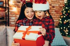 Słodkiego rodzinnego otwarcia prezenta duży pudełko na drugi dzień świąt bożego narodzenia zdjęcia stock
