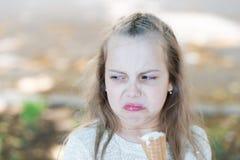 Słodkiego zębu dziewczyny dziecko z białym lody w gofra rożku Dzieciak dziewczyna z lody rożkiem w ręce Lato taktuje pojęcie Fotografia Royalty Free