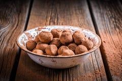 Słodkiej czekolady piłki i kakaowy proszek obrazy stock