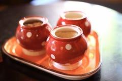 Słoje ceramiczni, czerwony kolor, jako przedmiota tło fotografia royalty free