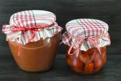 Słoje domowej roboty ketchup i czereśniowy pomidor Obrazy Stock