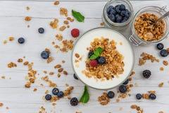 Słoje folowali z granola, jogurtem i świeżymi jagodami, odgórny widok, sele fotografia royalty free