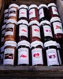 Słoje jarzynowy dżem na ulicznym rynku Obraz Royalty Free
