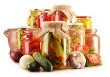 Słoje kiszeni warzywa. Marynowany jedzenie obrazy royalty free