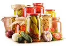 Słoje kiszeni warzywa. Marynowany jedzenie zdjęcie royalty free