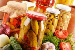 Słoje kiszeni warzywa. Marynowany jedzenie fotografia royalty free
