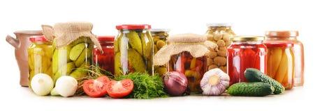 Słoje kiszeni warzywa. Marynowany jedzenie zdjęcia royalty free