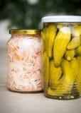 Słoje organicznie kiszeni warzywa Marynowany jedzenie zdjęcia royalty free