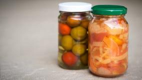 Słoje organicznie kiszeni warzywa Marynowany jedzenie zdjęcia stock