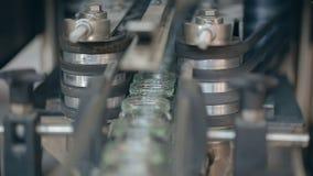 Słoje ruszają się szerokiego konwejeru pasek przy fabryką Wideo z dźwiękiem zbiory wideo
