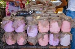 słoje z miodem na gospodarstwo rolne rynku Sprzedaż miód w rynku obrazy royalty free