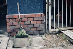 Słomiana miotła na zewnątrz mieszkania zdjęcia stock