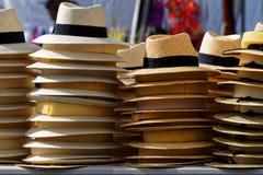 Słomiani kapelusze dla sprzedaży zdjęcia stock
