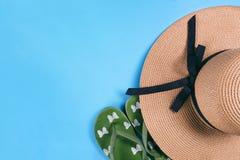 Słomiani kapelusze i kapcie obrazy stock
