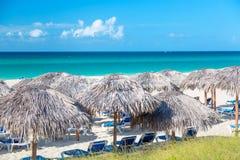 Słomiani parasole na plaży w Varadero, Kuba obrazy stock