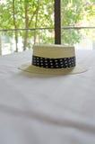 Słomiany kapelusz na łóżku Zdjęcia Royalty Free