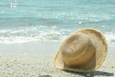 Słomiany kapelusz na nadmorski, przestrzeń dla teksta katya lata terytorium krasnodar wakacje zdjęcia royalty free