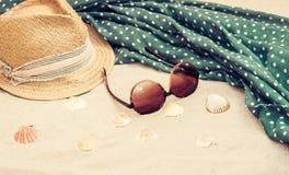Słomiany kapelusz, przykrywki beachwear opakunek i słońc szkła na tropikalnej plaży, zdjęcie royalty free