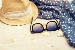 Słomiany kapelusz, przykrywki beachwear opakunek i słońc szkła na tropikalnej plaży, obraz royalty free