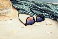 Słomiany kapelusz, przykrywki beachwear opakunek i słońc szkła na tropikalnej plaży, obrazy stock