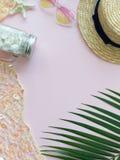 Słomiany lato kapelusz, rozgwiazda, skorupy, kształtów okulary przeciwsłoneczni i palmowy liść, obrazy royalty free
