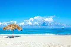 Słomiany parasol na pustej nadmorski plaży w Varadero, Kuba Amazing blue sky with clouds Relaks, wakacje idylliczny tło zdjęcia stock