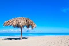 Słomiany parasol na pustej nadmorski plaży w Varadero, Kuba Relaks, wakacje idylliczny tło fotografia stock