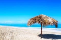 Słomiany parasol na pustej nadmorski plaży w Varadero, Kuba Relaks, wakacje idylliczny tło zdjęcia stock