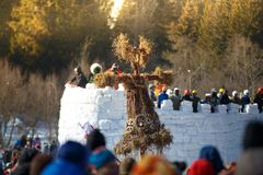 Słomiany strach na wróble i lodu fort pełno ludzie, Bakshevskaya ostatki maslenitsa świętowanie Obrazy Royalty Free