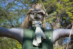 Słomiany strach na wróble wśród zielonych drzew Zdjęcia Royalty Free
