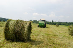 Słomianych bel gromadzenia się rolniczy maszynowy siano Obraz Stock