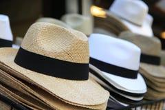 Słomianych kapeluszy rzędy uliczni Obraz Stock