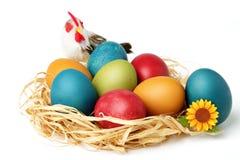 Słomy gniazdowy pełny barwioni jajka dla wielkanocy Fotografia Royalty Free