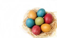 Słomy gniazdowy pełny barwioni jajka dla wielkanocy -2 zdjęcia royalty free