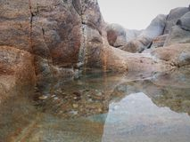 Słona woda, falezy, plażowy piasek i zielone algi, obrazy stock