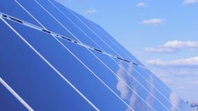 Słoneczna baterii ` s płaska powierzchnia odbija niebo i chmury Panel Słoneczny Zbiera słońca światło zdjęcie wideo