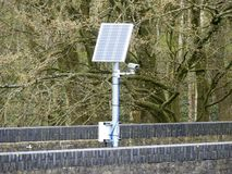 Słoneczna zasilana kamera na kolejowym moście obraz royalty free