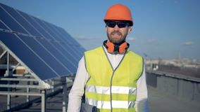 Słonecznej baterii ekspert obraca wokoło i chodzi w kierunku kamery zdjęcie wideo