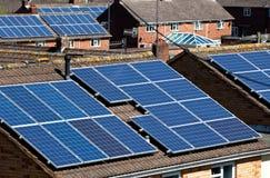 słoneczni mieszkaniowi panel wiele dachy zdjęcie stock