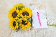 Słoneczniki i notatnik na futerkowym tle obraz royalty free