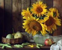 Słoneczniki w słoju na stole w kraju wnętrzu zdjęcia stock