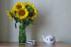 Słonecznikowy bukiet herbacianej filiżanki stół Zdjęcia Stock