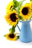 Słonecznikowy bukiet w błękit emalii dzbanku Obraz Stock