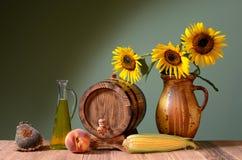 Słonecznikowy olej i drewniana baryłka Fotografia Stock