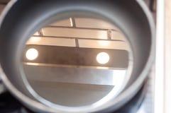 Słonecznikowy olej w czarnej smaży niecce unikać palić gdy gotujący zdjęcia stock