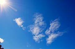 Słoneczny świecenie i promienie w niebieskim niebie Zdjęcia Stock