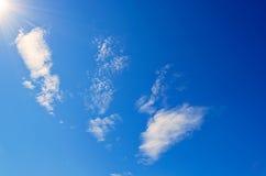 Słoneczny świecenie i promienie w niebieskim niebie Obraz Stock